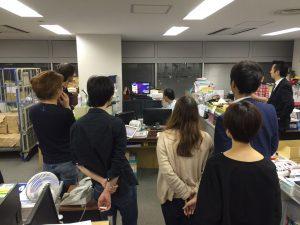 テレビを見つめる夢グループ社内スタッフ